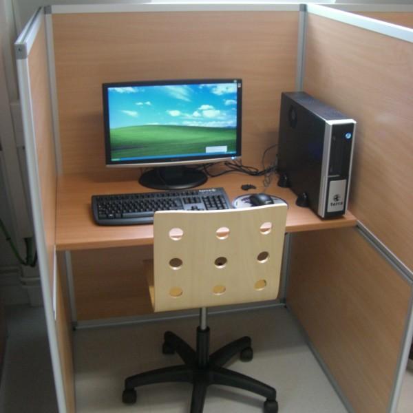 Box en salle G400 avec ordinateur et chaise